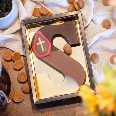 Foto van Chocoladeletter Conny Kiezen met hazelnoot