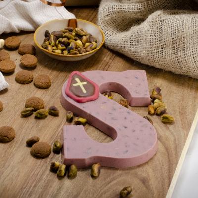 Foto van Chocoladeletter Ruby met pistachenoten