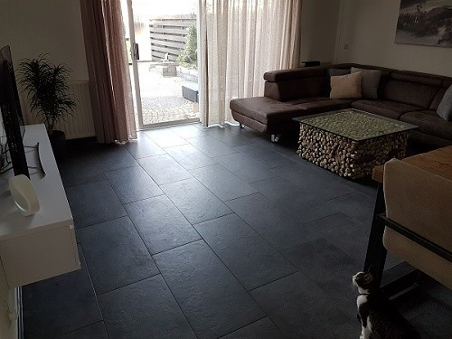 Zwart vloertegel in woonkamer tegelcentrum siddeburen
