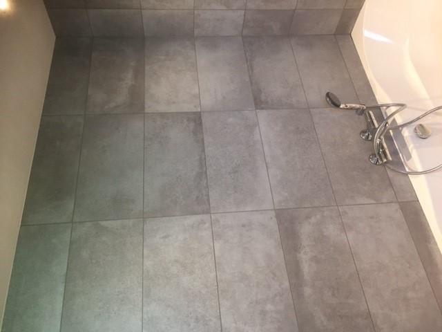 Tegels Houtlook Badkamer : Badkamer met betonlook en houtlook tegelcentrum siddeburen