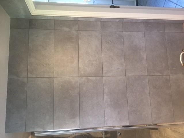 Badkamer Tegel Betonlook : Keramische tegel betonlook grijs voor badkamer l carelage grès