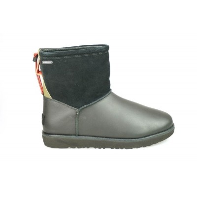 Foto van UGG CLASSIC TOGGLE WATERPROOF BLACK - KORTE LAARS