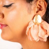Goudkleurige oorstekers flare zacht roze linnen
