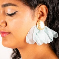Goudkleurige oorstekers flare zacht blauw linnen
