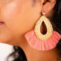 Goudkleurige oorstekers met rieten druppelvorm en roze franjes