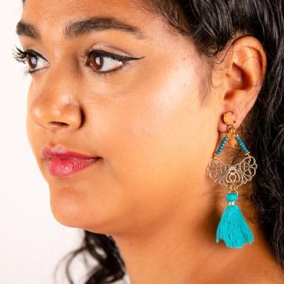 Goudkleurige oorstekers trapeze met aqua blauwe franjes