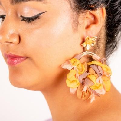 Goudkleurige oorstekers bloem met ring met linnen bloemen