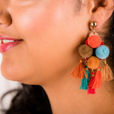 Goudkleurige oorstekers lederen hanger met gekleurde pluche bolletjes