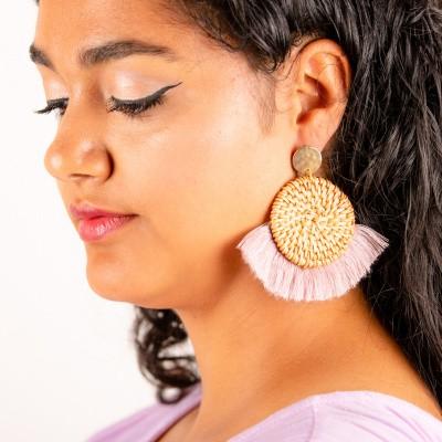 Goudkleurige oorstekers rieten hanger met roze franjes
