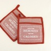 Afbeelding van Set van 2 bordaux rode pannenlappen met tekst