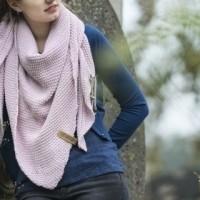 Foto van Knitfactory Coco shawl Roze