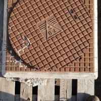 Afbeelding van Ijzeren put TBS met betonnenvoet put deksel