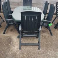 Afbeelding van 2 sets kunststof tuinstoelen met tafels