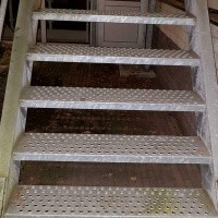 Afbeelding van Gegalvaniseerde trap met bordes loopbrug