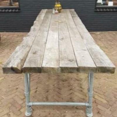 Foto van Vuren houten buiten tafel