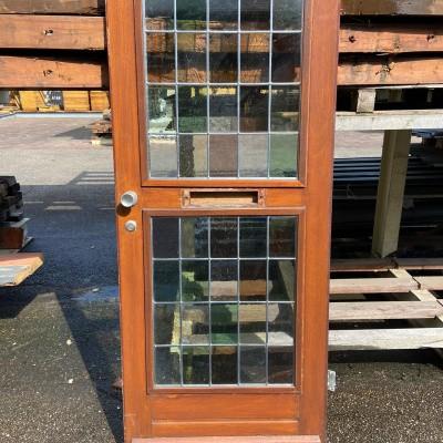 Hardhouten voordeur met brievenbus en glas & lood