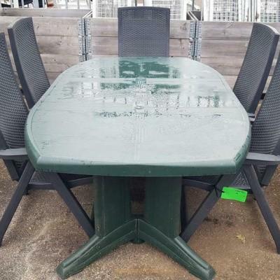 Foto van 2 sets kunststof tuinstoelen met tafels