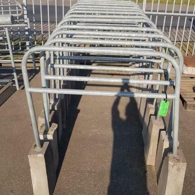 Foto van Afzet hekken met betonnen voet, fietsenrekken