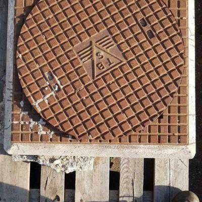 Foto van Ijzeren put TBS met betonnenvoet put deksel