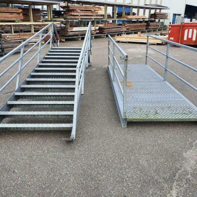 Foto van Gegalvaniseerde trap met bordes