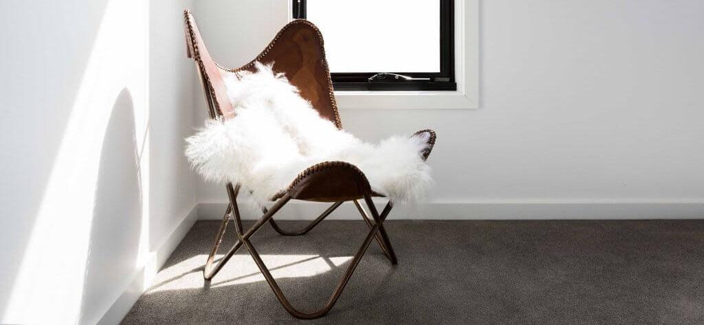 wit schapenvel met stoel