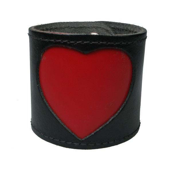 Leren polsband, zwart met groot rood hart