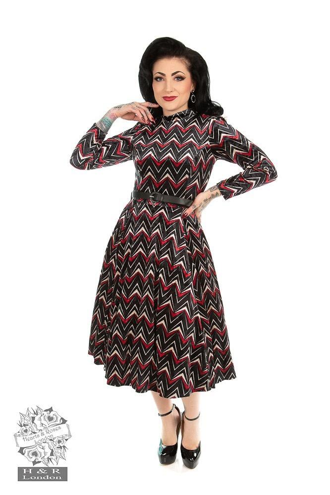 Jurk Chevron, zwart fluweel met rood wit zigzag patroon