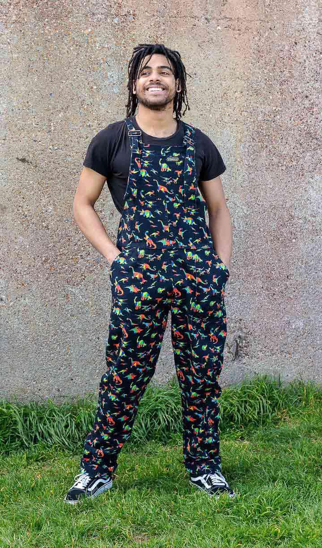 Run & Fly | Zwarte tuinbroek met regenboog dino print, unisex
