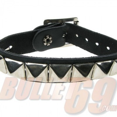 Foto van Bullet69 - Leren armband met metalen pyramide studs
