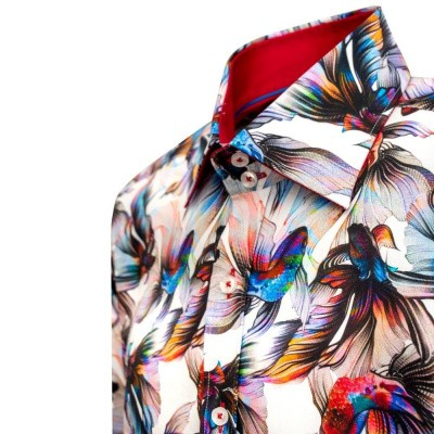 Foto van Claudio Lugli, overhemd met Rainbow koi betta fish print
