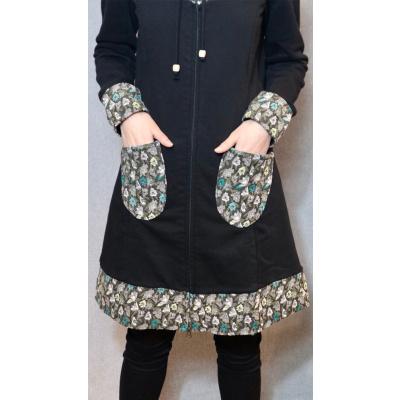 Foto van ATO Berlin | Lang zwart vest Marieke met turquoise patchwork op boorden en zakken
