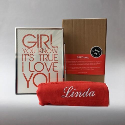 Foto van Romantisch valentijnspakket: fijne zachte handdoek met een ingelijste liefdesquote
