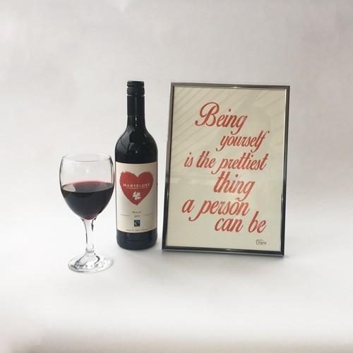 Foto van Sfeervol valentijnspakket: fles Hartelust wijn met ingelijste liefdesquote