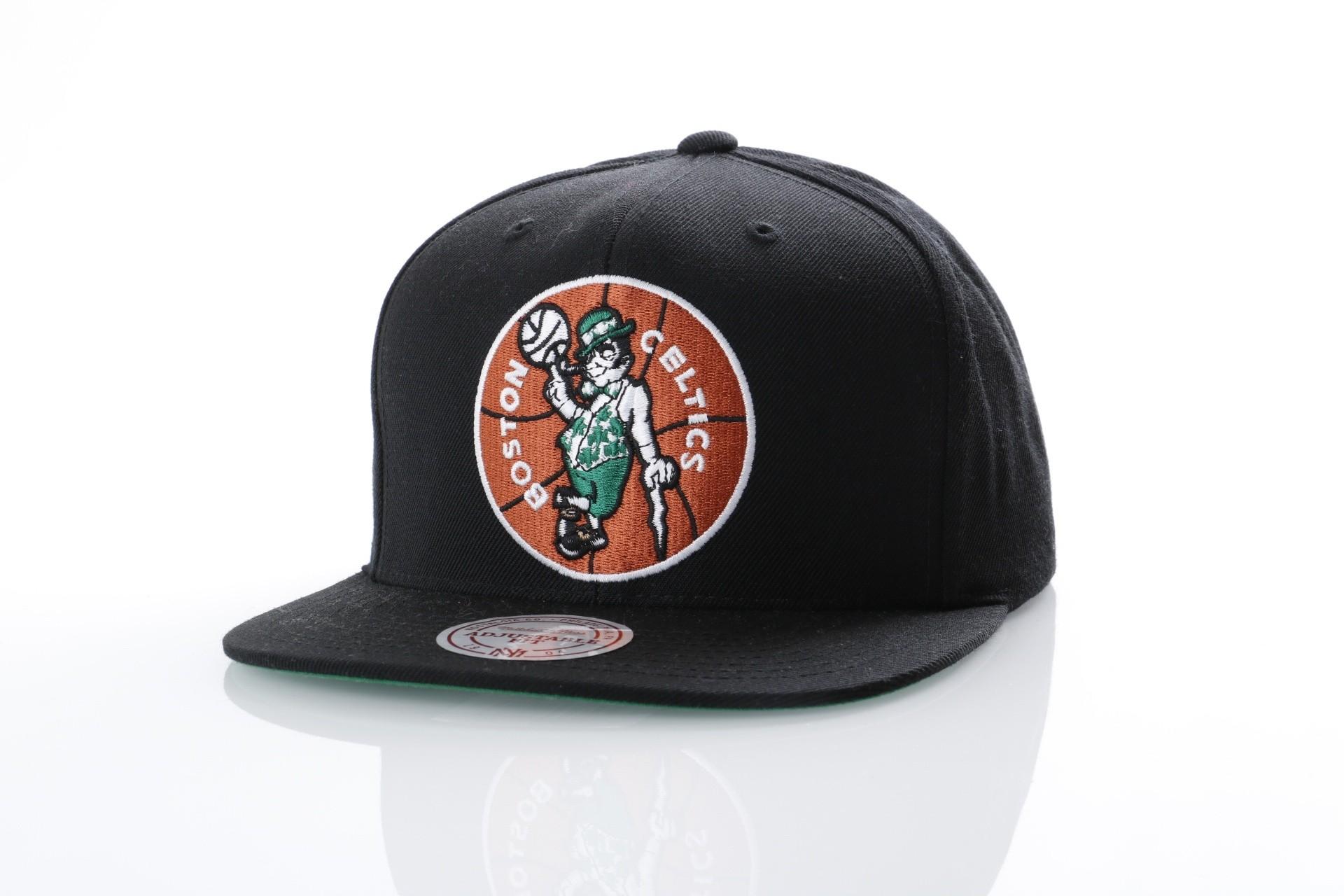 Foto van Mitchell & Ness NZ979 Snapback cap Wool solid Boston Celtics Zwart