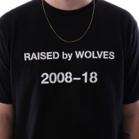 Afbeelding van raised by wolves decade t-shirt Black Jersey