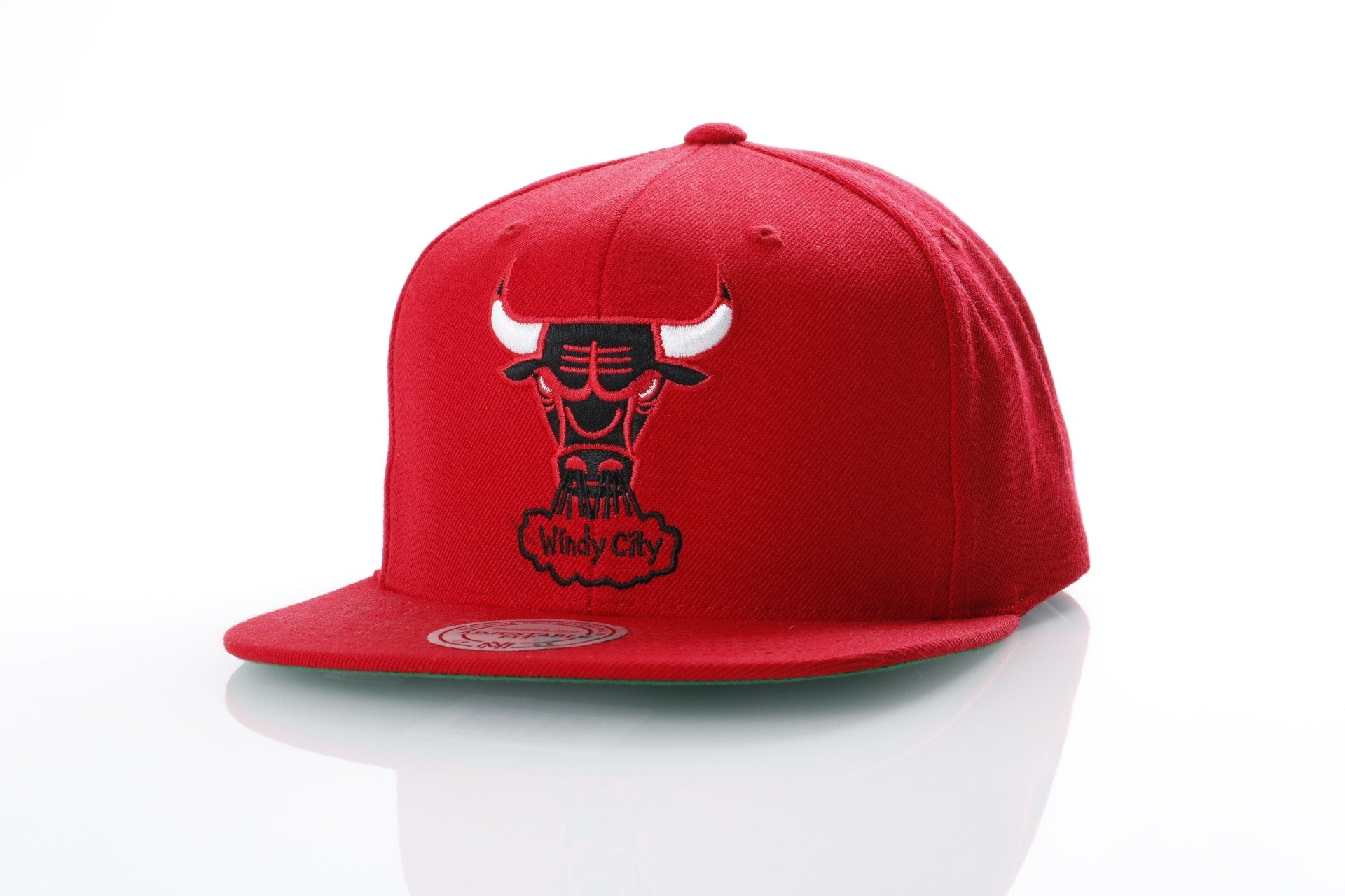 Foto van Mitchell & Ness NZ979 Snapback cap Wool solid Chicago Bulls Rood