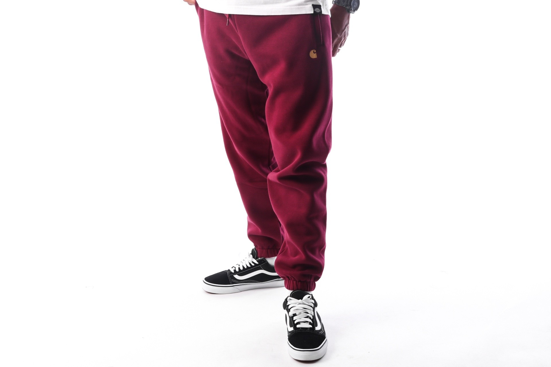 Foto van Carhartt WIP Chase Sweat Pant I025731 Joggingbroek Mulberry / Gold