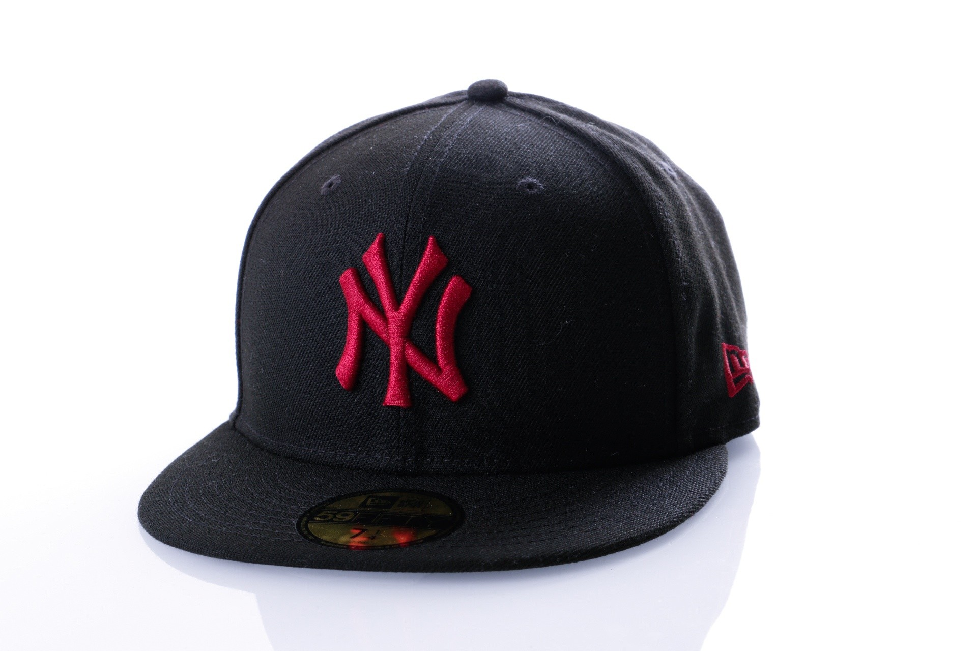 Foto van New Era LEAGUE ESSENTIAL 59FIFTY NEW YORK YANKEE 80635924 Fitted Cap BLACK/CARDINAL MLB