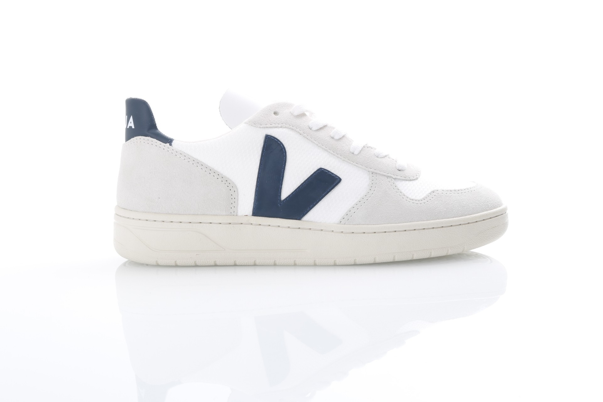 Foto van Veja VX011380 Sneakers V-10 mesh Wit