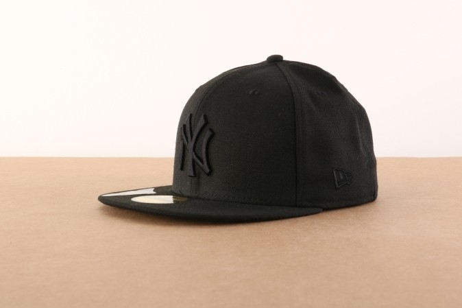 Foto van New Era Basic Fitted Cap Black On Black Ny Yankees Zwart