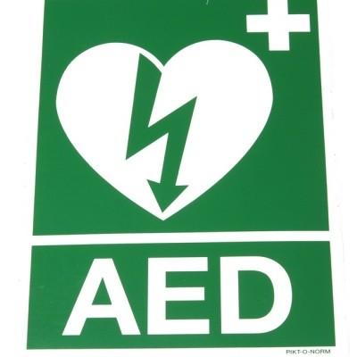 Foto van AED sticker met logo en AED tekst
