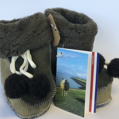 Foto van WoolWarmers 901 Wollen Babyslof met Pompon Suède leer Bruin/Groene natuurtint (OP=OP)