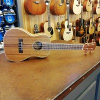 Foto van Korala UKC-610, laminated Acacia top back and sides