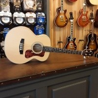 Foto van Guild Jumbo Junior Bass, Solid Sitka spruce top, Laminated Flamed maple back and sides, incl gigbag