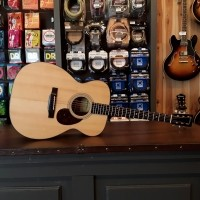 Foto van Eastman E6-OM Solid Sitka spruce top, solid Mahogany back and sides, incl. case
