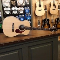 Foto van Guild M-240E, solid Sitka spruce top, laminated Mahogany back and sides, incl gigbag