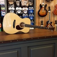 Foto van Martin OM-18e solid Sitka spruce top, Solid mahogany back and sides incl. hardcase