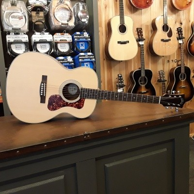 Guild OM-240E, solid Sitka spruce top, laminated Mahogany back and sides, incl gigbag
