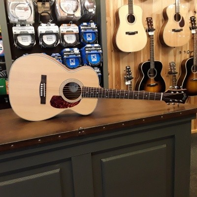 Guild M-240E, solid Sitka spruce top, laminated Mahogany back and sides, incl gigbag